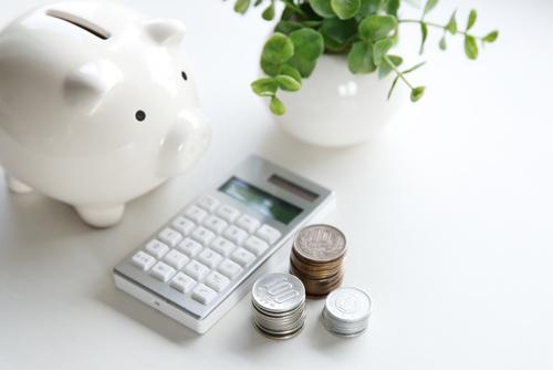 Spaarpot, rekenmachine, geld