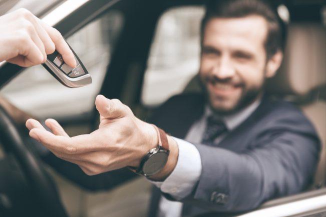 Auto sleutel overhandigen