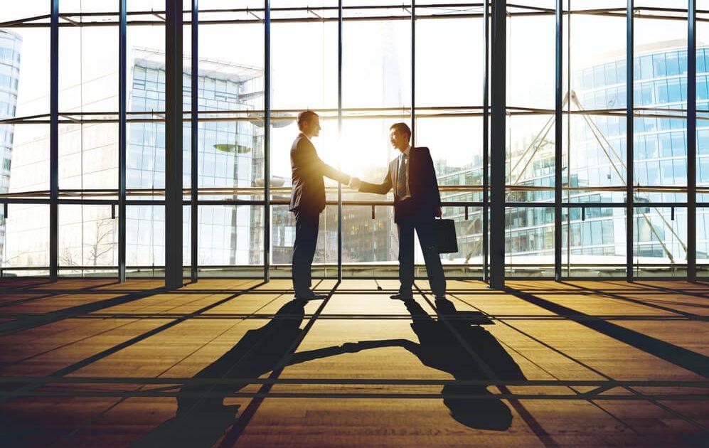 Mannen schudden elkaars hand