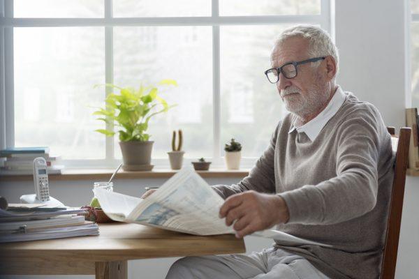 Oude man leest krant