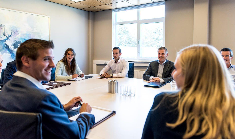 Vergadering bij Van Oers