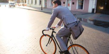 man in pak op de fiets
