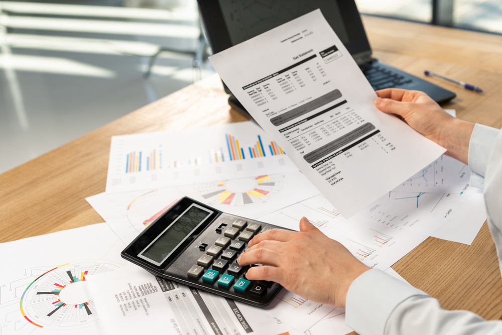statistieken en rekenmachine op bureau